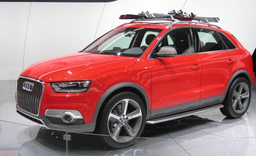 Seitenansicht Roter Audi Q3 mit Dachgepäckträger