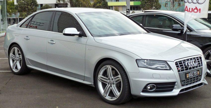 Silberner Audi S4 V8 Seitenansicht