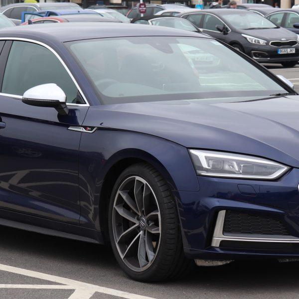 Blauer Audi S5 mit Getönten Scheiben Seitenansicht