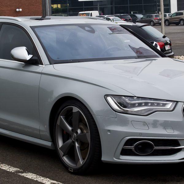 Hellgrauer Audi S6 Frontansicht