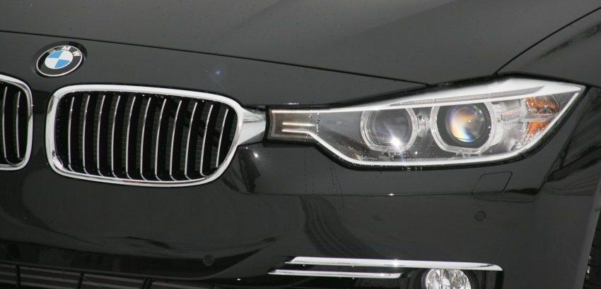 Frontansicht Schwarzer BMW 3er F30 Xenon