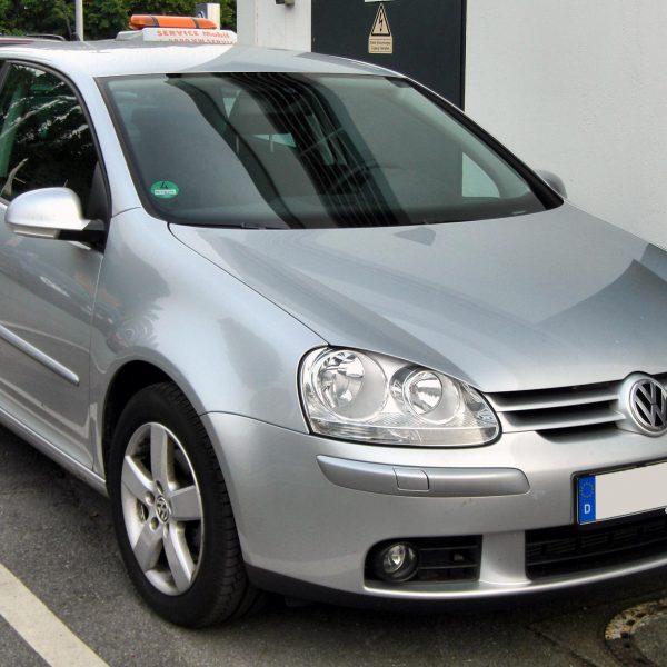 Frontansicht Silberner VW Golf 5