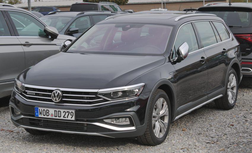 Frontansicht Schwarzer VW Passat mit Eingeklappten Außenspiegel