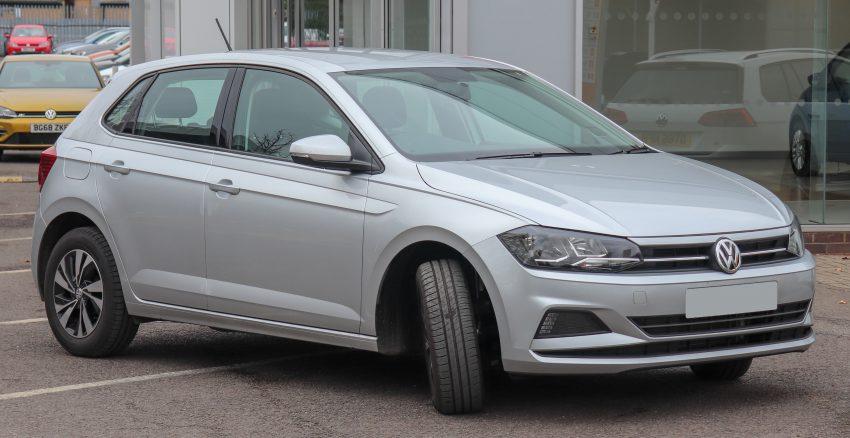 Seitenansicht Silberner VW Polo