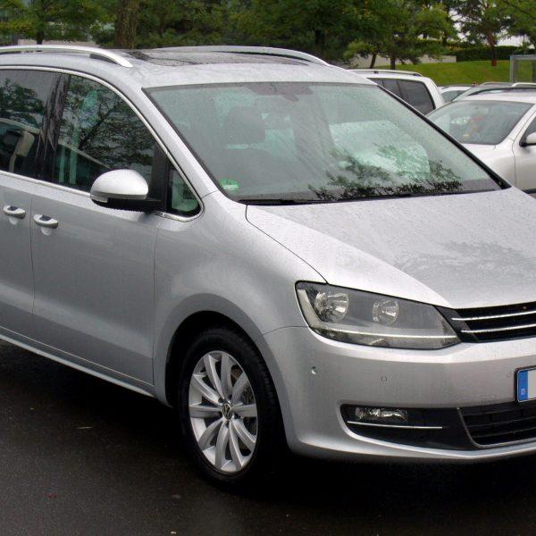 Frontansicht Silberner VW Sharan
