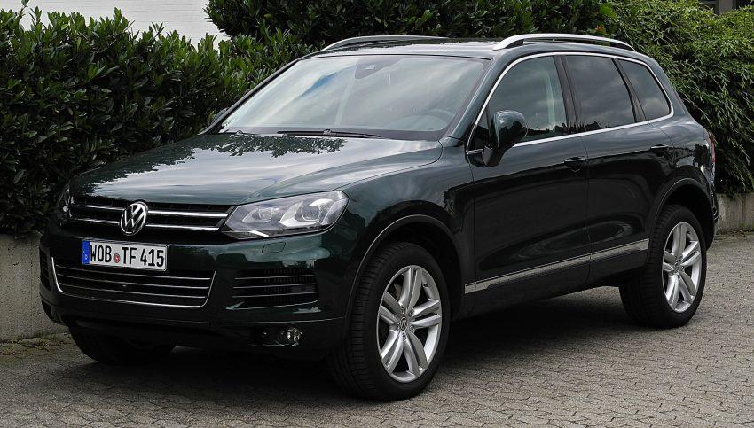Dunkelgrüner VW Touareg Frontansicht