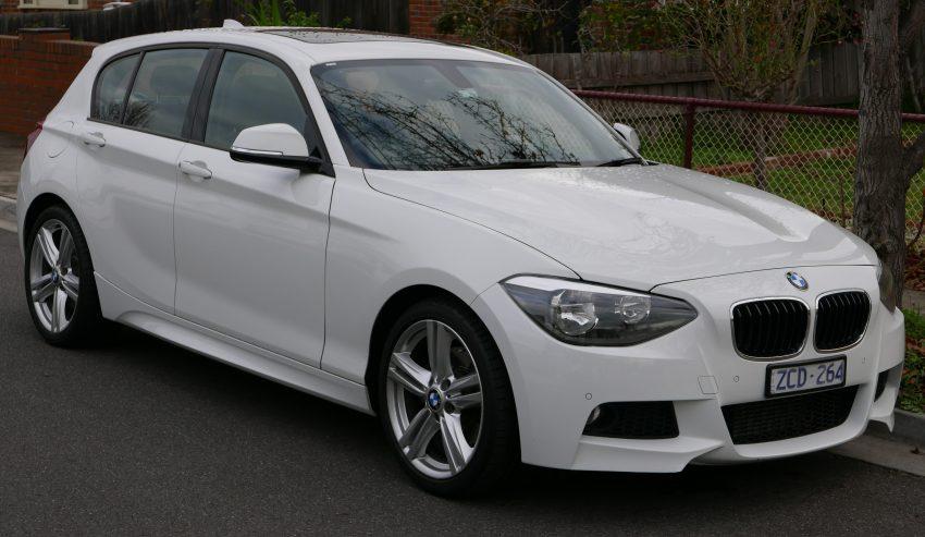 Weißer BMW 1er Frontansicht