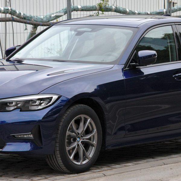 Seitenansicht Blauer BMW 3er