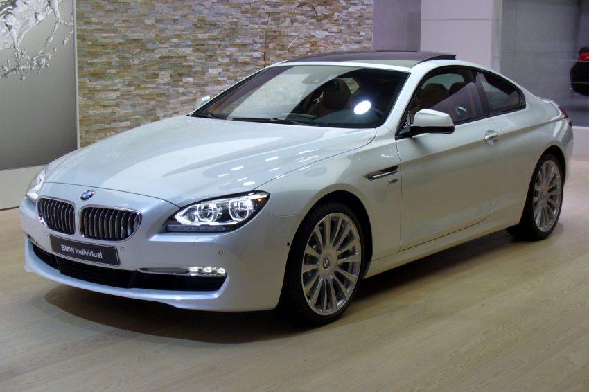 Frontansicht Weißer BMW 6er mit Panoramadach