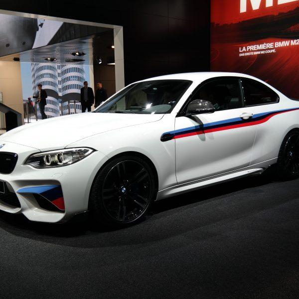 Seitenansicht Weißer BMW M2 mit Alufelgen