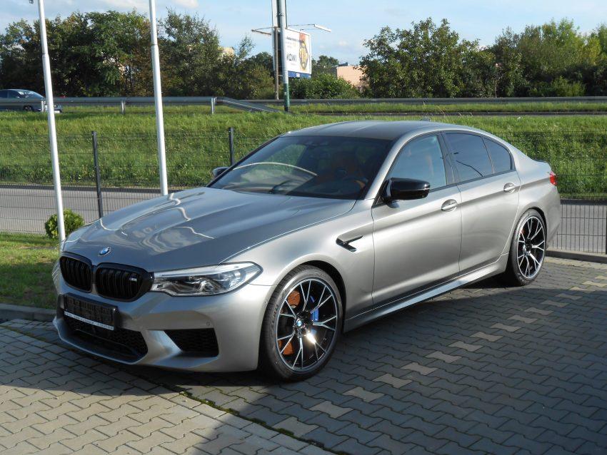 Frontansicht Grauer BMW M5 mit Alufelgen