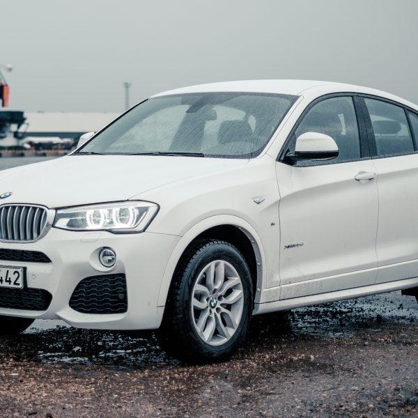 Weißer BMW X4 Seitenansicht mit BMW Alufelgen