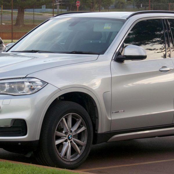 Seitenansicht Silberner BMW X5 mit Alufelgen