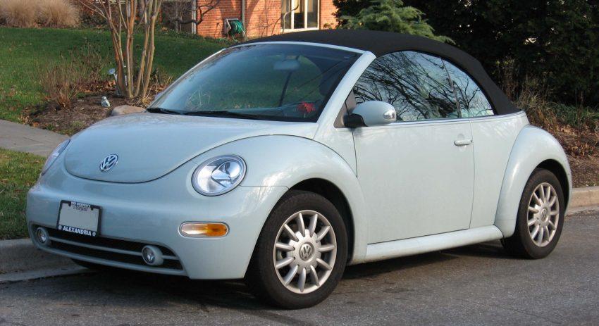 Frontansicht Hellblauer VW New Beetle mit Cabrio