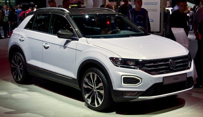 Seitenansicht Weißer VW T Roc mit VW Alufelgen