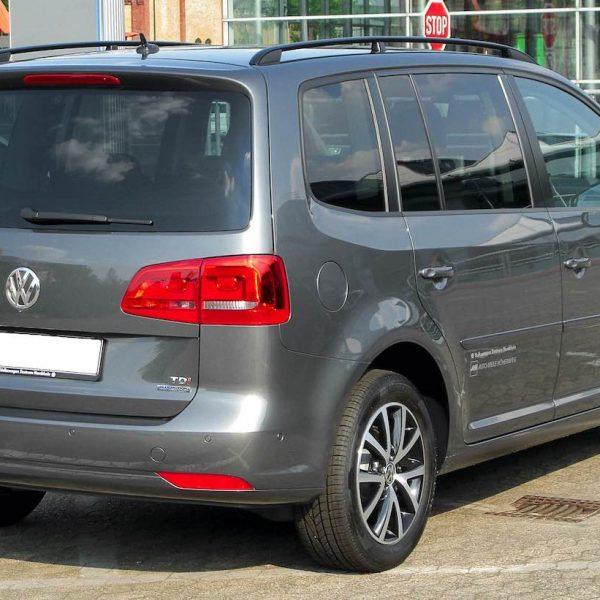 Heckansicht Grauer VW Touran 2