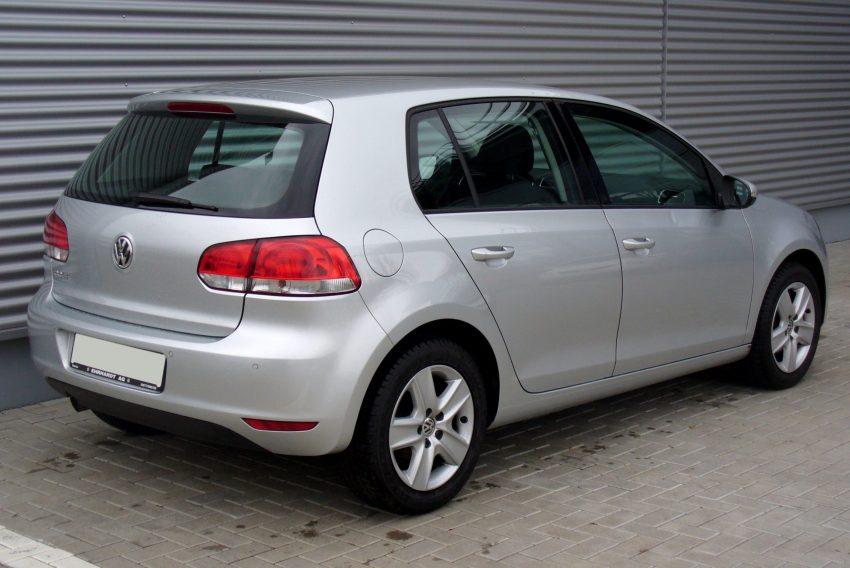 Silberner VW Golf Heckansicht