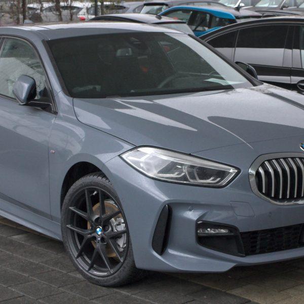 Frontansicht Grauer 1er BMW