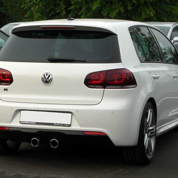 Heckansicht Weißer VW 6er Golf R