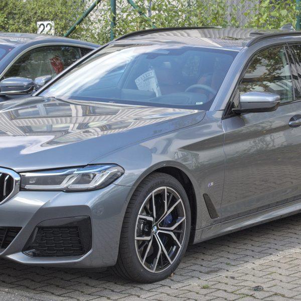 Seitenansicht Grauer BMW 540i Touring G31