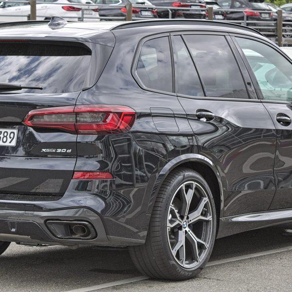 Heckansicht Schwarzer BMW X5 G05 30d