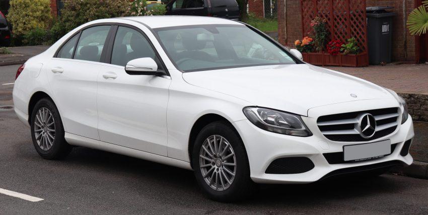 Weißer Mercedes C Klasse Seitenansicht