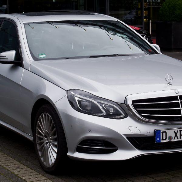 Frontansicht Silberner E Klasse Mercedes