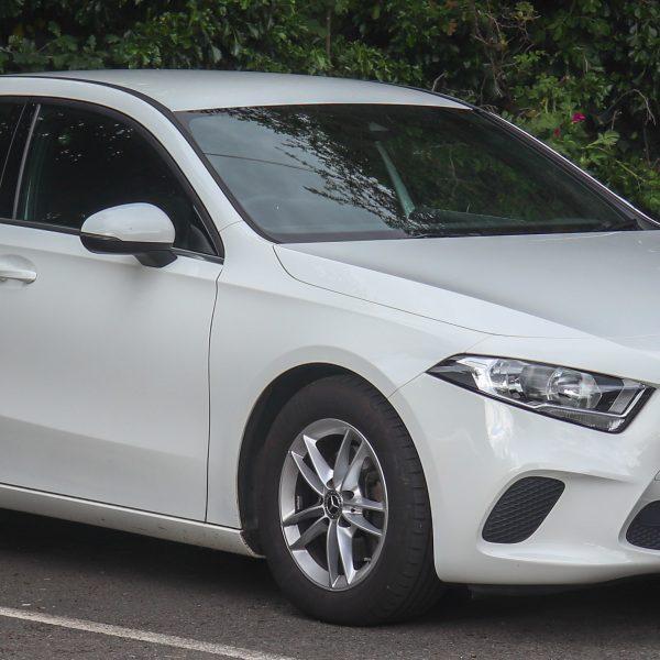 Weißer Mercedes A Klasse Seitenansicht