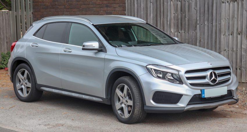 Silberner Mercedes GLA Seitenansicht