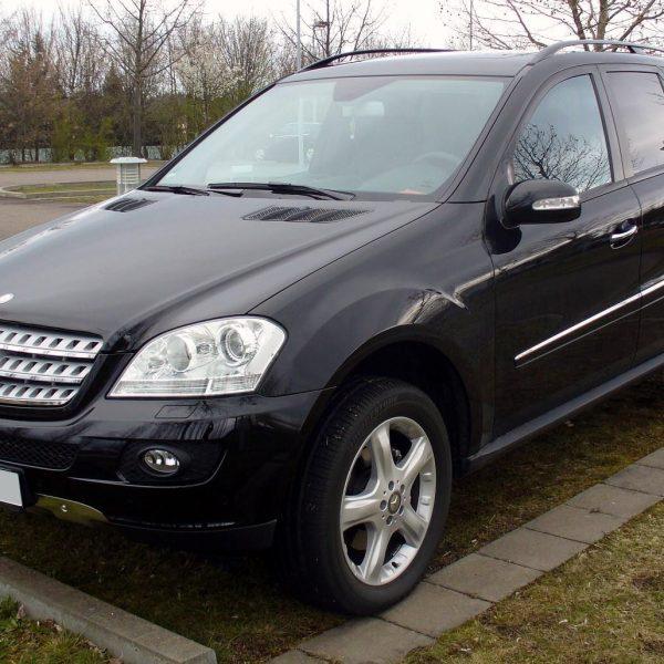 Frontansicht Schwarzer Mercedes M Klasse