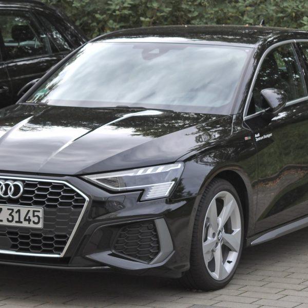 Schwarzer Audi A3 8Y Frontansicht