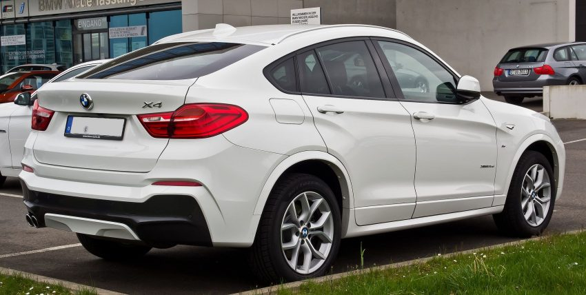 Heckansicht Weißer BMW X4 x35d M