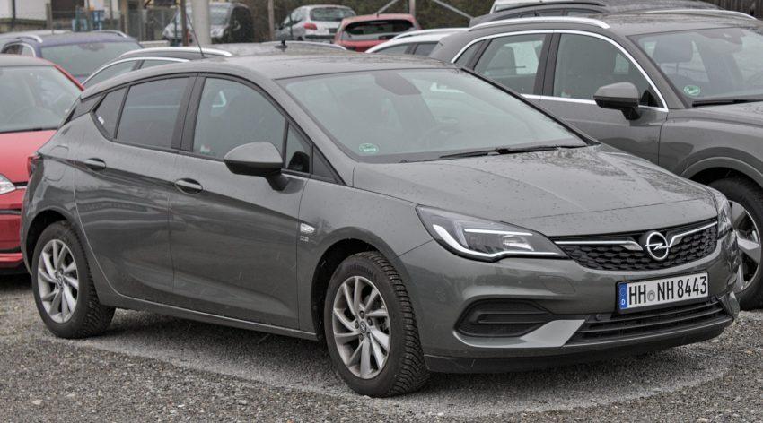 Grauer Opel Astra Seitenansicht