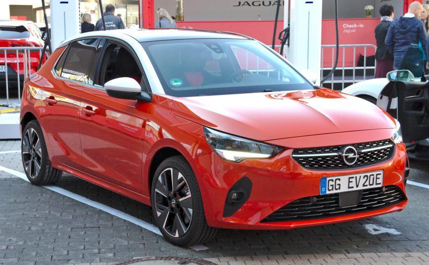Frontansicht Orangener Opel Corsa