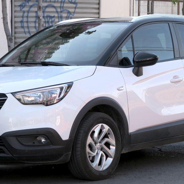 Weißer Opel Crossland Seitenansicht