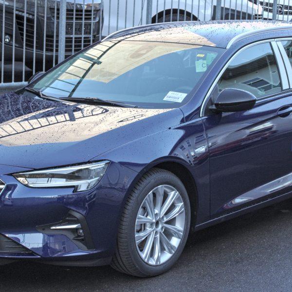 Seitenansicht Blauer Opel Insignia