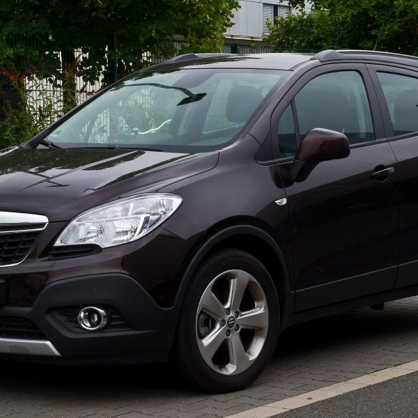 Brauner Opel Mokka Seitenansicht