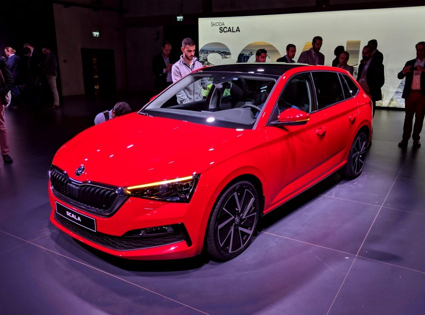Roter Skoda Scala Frontansicht