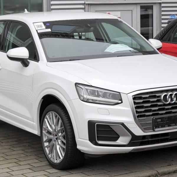 Frontansicht eines weißen Audi Q2