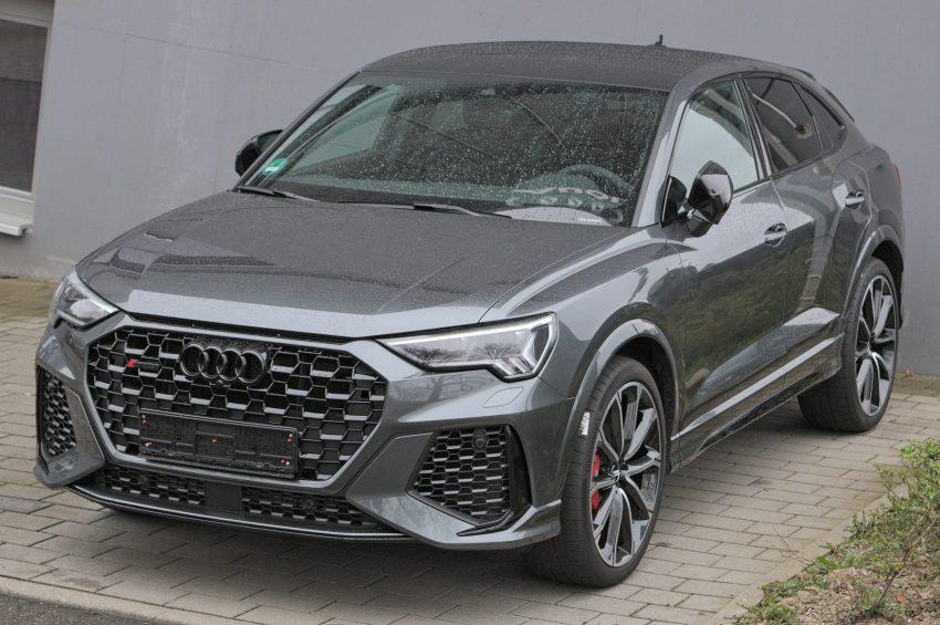 Frontansicht eines grauen Audi RSQ3