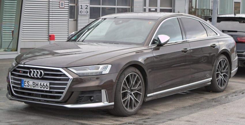 Seitenansicht eines braunen Audi S8
