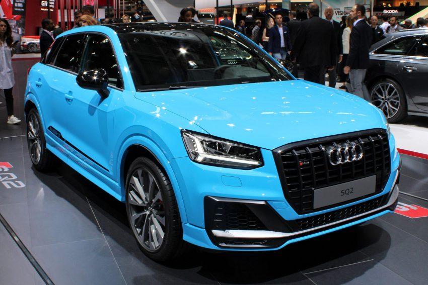 Blauer SQ2 Audi mit TFSI Motor in der Frontansicht