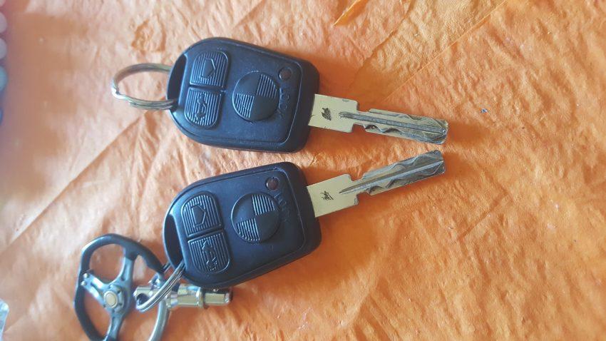 Zwei Funkschlüssel des BMW E36