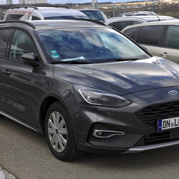 Schwarzer Ford Focus Turnier Active Seitenansicht
