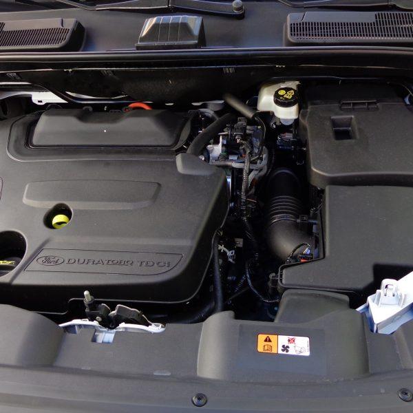Duratorq Motor und Autobatterie eines Ford Kuga