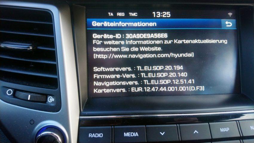 Display eines Hyundai Tucson mit Informationen zur Navi Version