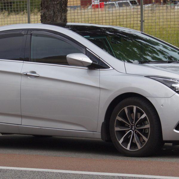 Silberner Hyundai i40 Limousine Seitenansicht