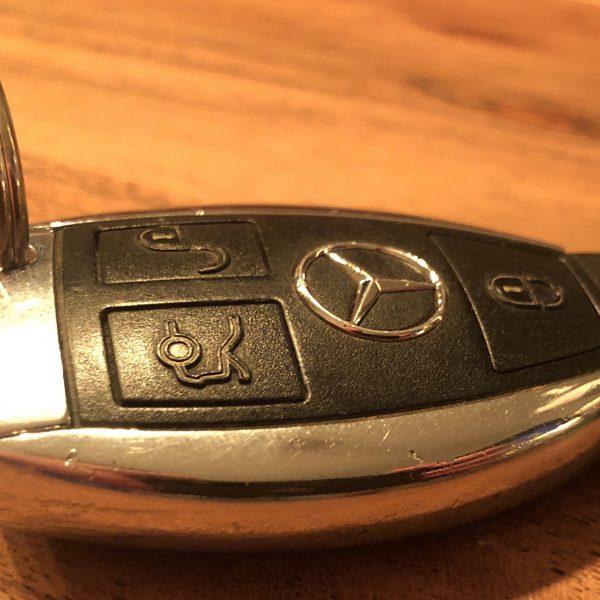 Funkschlüssel einer Mercedes A-Klasse mit Ring