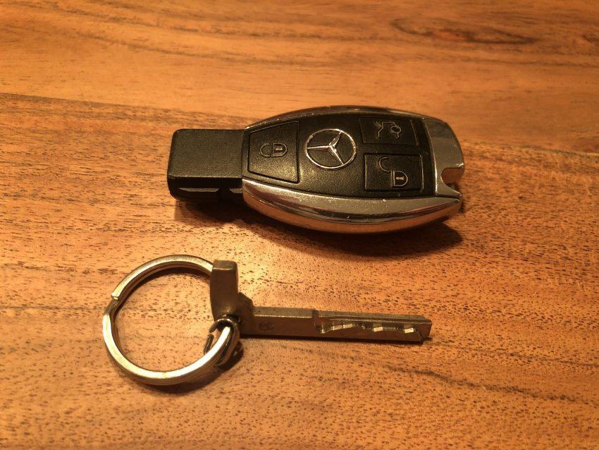 Offener Funkschlüssel einer Mercedes B-Klasse