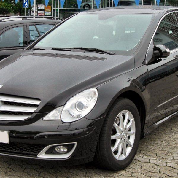 Schwarze Mercedes R Klasse in der Front / Seitenansicht